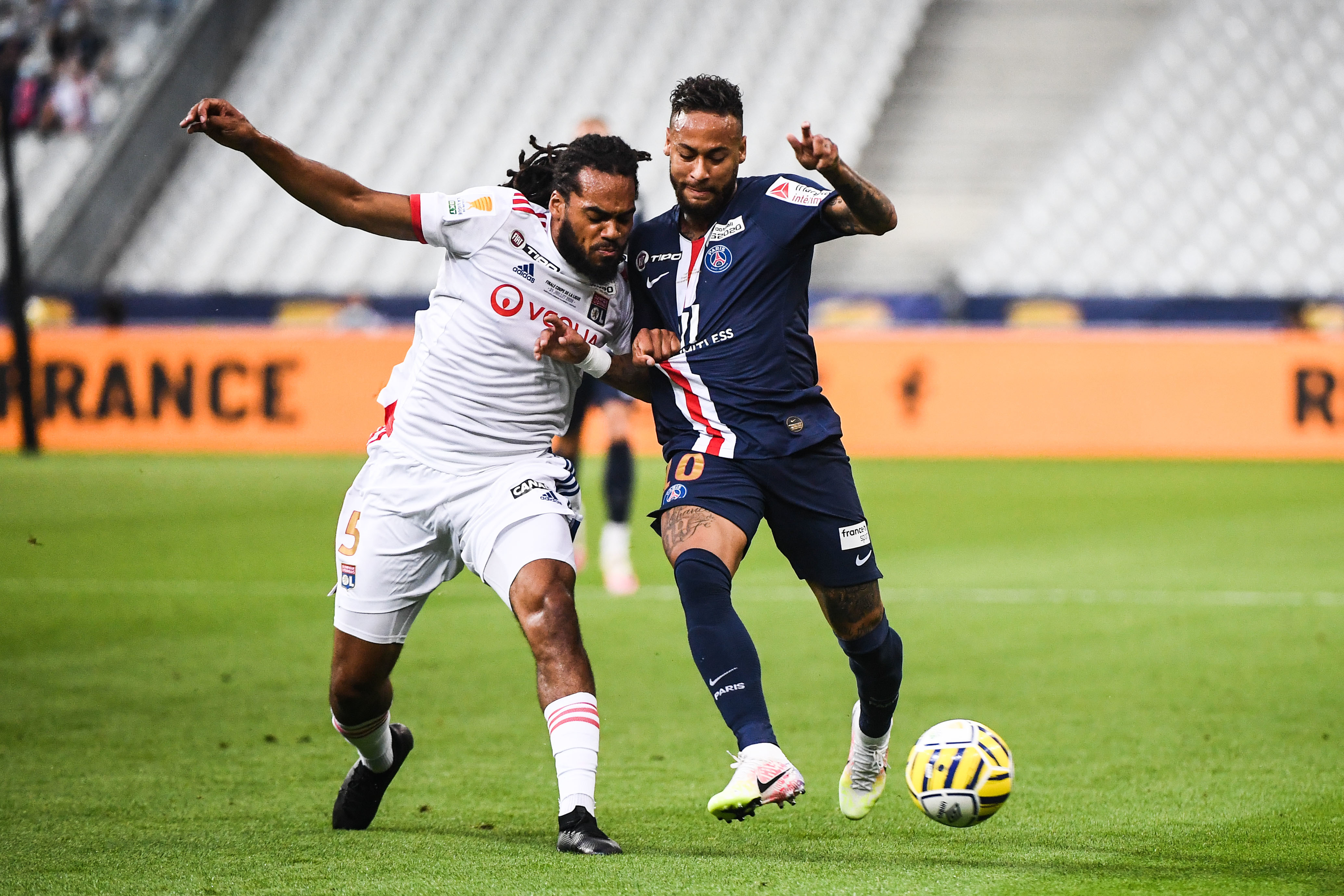 PSG - Lyon en Ligue des Champions, NEYMAR JR Jason DENAYER - https://www.foot-sur7.fr/